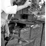 Ein-Steinmetz-schmiedet-ein-Arbeitswerkzeug_Un-pietrar-confecţionează-un-elte-în-atelierul-fierarilor - Copy